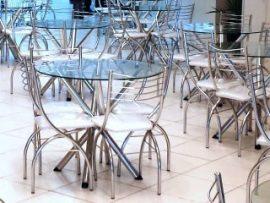 mesa e cadeira cromada